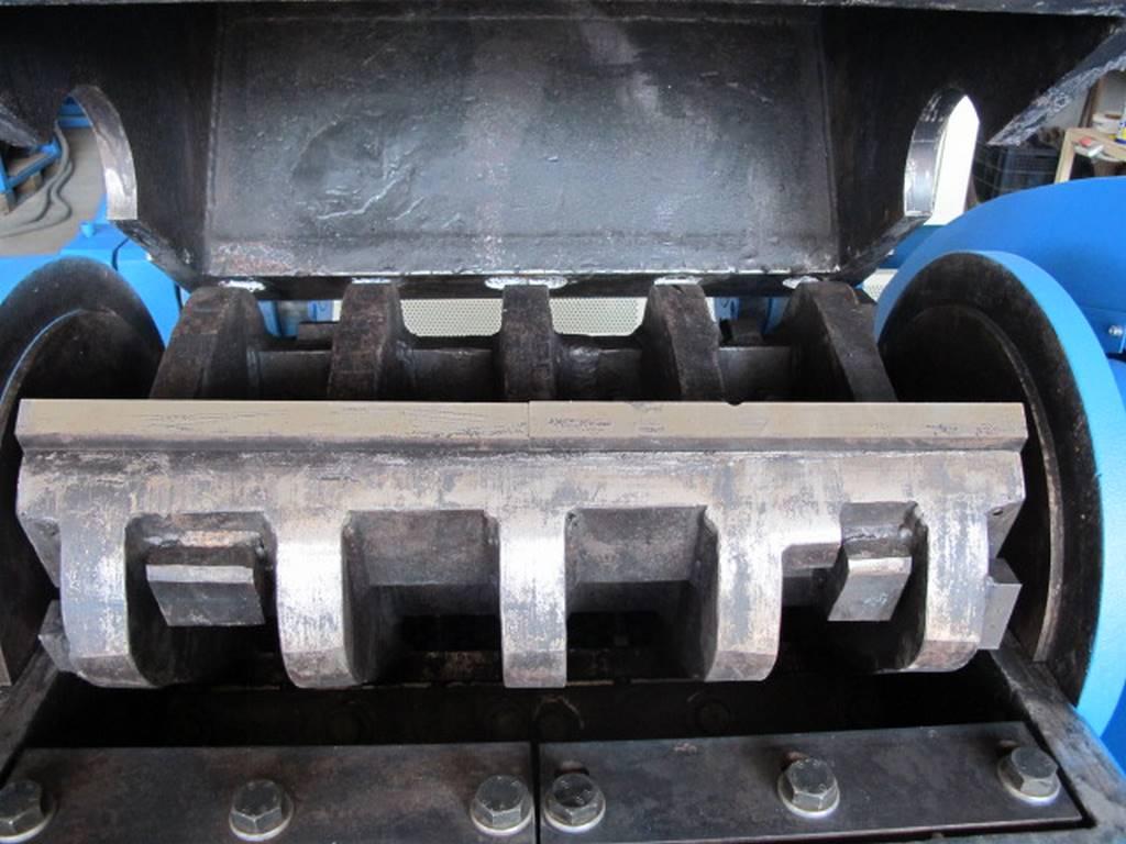 Cuchillas trituradoras en una maquina de gestión de plasticos. Qué son las maquinas triturados de plasticos y para que sirven sus cuchillas